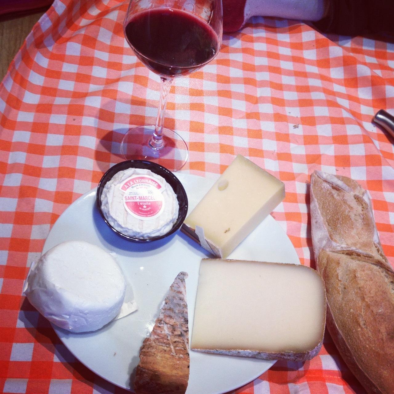 Un dégustation bien française : pain, vin et fromage