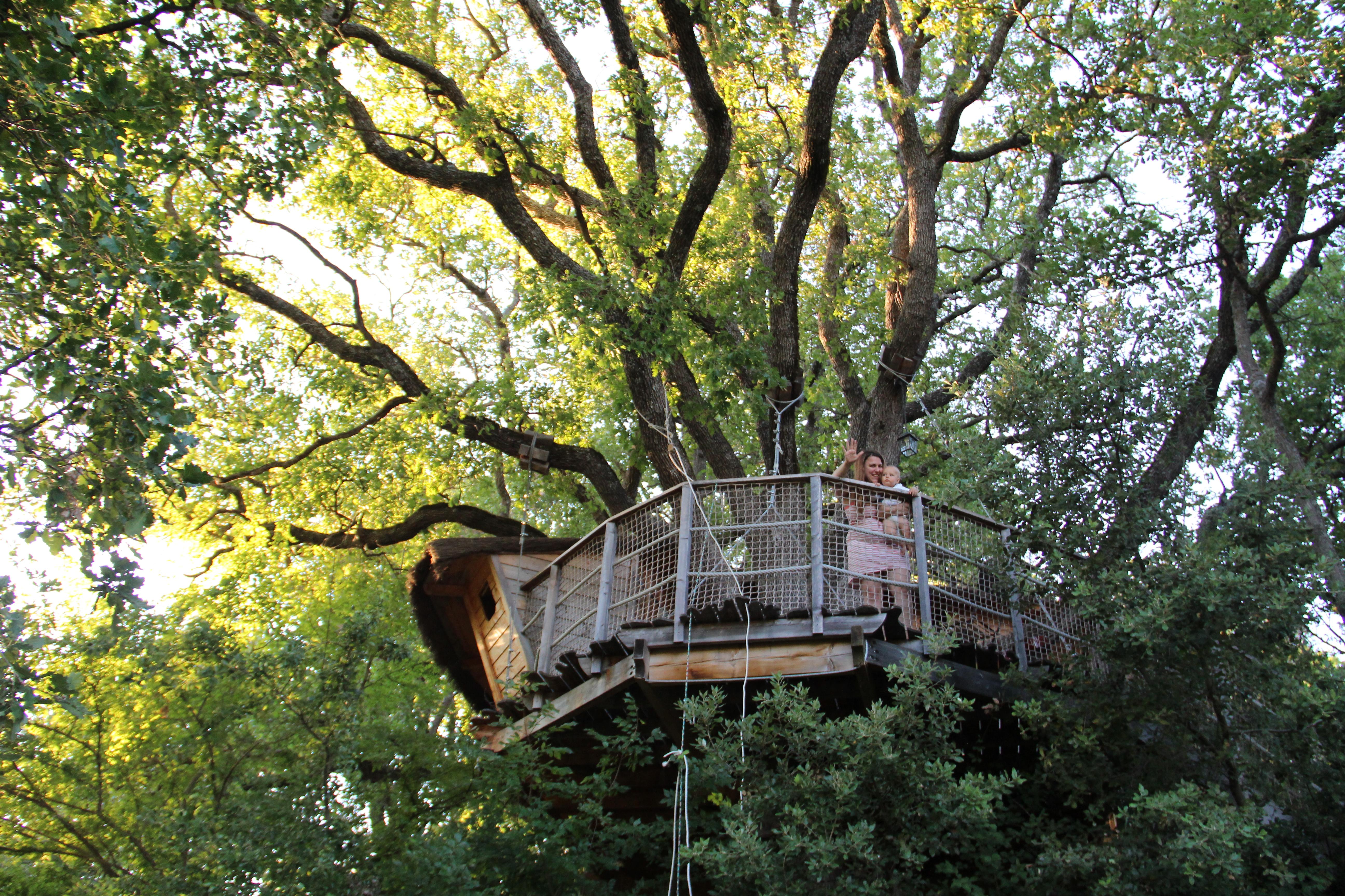 Rêve d'enfant : dormir dans une cabane dans les arbres